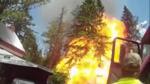 Una potente explosión envuelve en llamas a un bombero en Maine