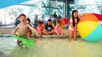 Clases de natación, una de las opciones para que niños aprendan a nadar de manera segura