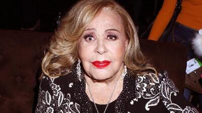 Sonriente y muy platicadora, Silvia Pinal reaparece tras haber estado hospitalizada