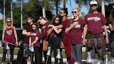 Con emotivas vigilias y actividades, cientos de personas rinden tributo a las víctimas del tiroteo en Parkland