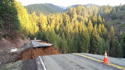 Lluvias derrumban parte de la autopista 3 en el norte de California