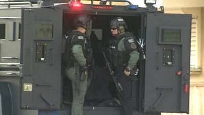 Video: Policía responde a posible situación de rehenes en Miami