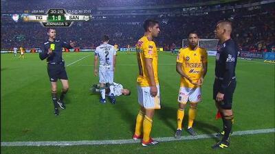 Tarjeta amarilla. El árbitro amonesta a Francisco Venegas de Tigres