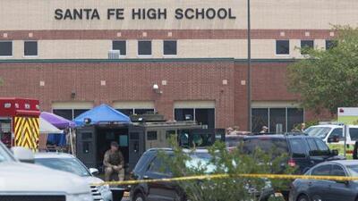 """""""Necesitamos hacer más que solo orar"""", dice el gobernador de Texas, un defensor del porte de armas de fuego"""
