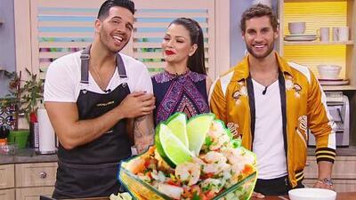 Dos guapos chefs nos deleitaron con un manjar de la cocina peruana: ceviche de camarón