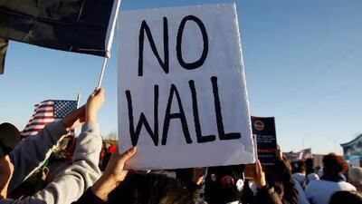 """""""Paren el muro, paren las mentiras"""": protestan en El Paso contra la construcción del muro fronterizo"""