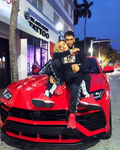 Y aunque la  <b>Lamborghini Urus</b> es un modelo relativamente nuevo, en el garaje de Anuel AA y en el portafolio de productos de la firma italiana, esta es la segunda vez que el reggaetonero pide cambiar su exterior por completo. En un inicio, como se ve en la foto, esta unidad era de color rojo…