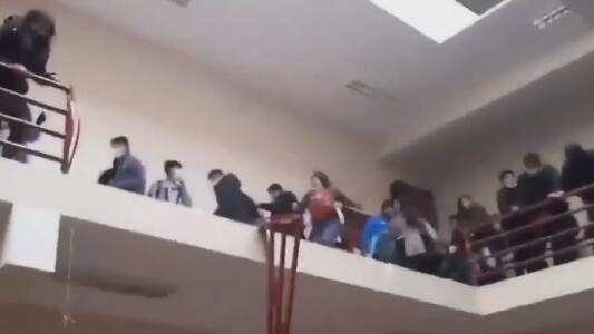 Estudiantes en Bolivia pierden la vida al caer una baranda