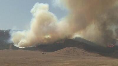 Incendio 'Tenaja' se propaga rápidamente por los fuertes vientos mientras las autoridades combaten las llamas por aire