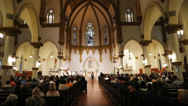 Música y ofrendas: así está el ambiente de celebración en la Catedral de Dallas