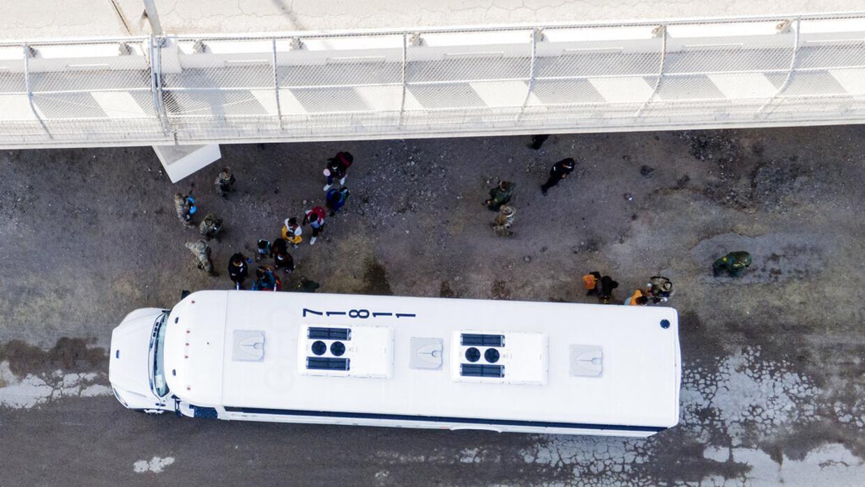 Son desalojados los últimos migrantes haitianos que se encontraban en campamento en Del Río