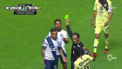 Tarjeta amarilla. El árbitro amonesta a Christian Tabó de Puebla