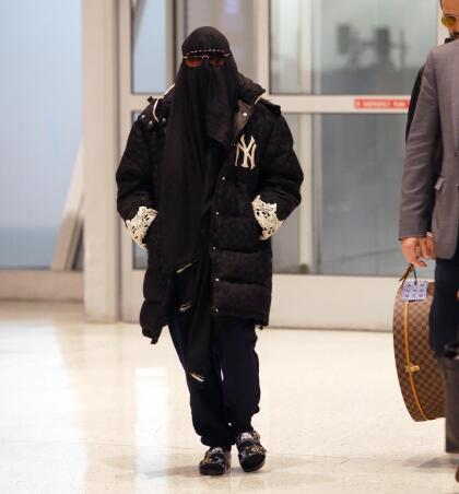 La reina del pop se cubrió de pies a cabeza. Apareció con una burka que le tapaba su cabello rubio y, adicionalmente, unos lentes oscuros.