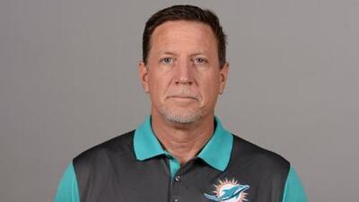 Renuncia entrenador de los Miami Dolphins luego de que se difundiera polémico video donde aspira un polvo blanco