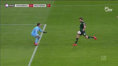 ¿Y la defensa? Despeje del portero del Wolfsburgo que llegó al área rival para que Mehmedi fusilara