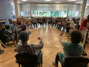 Con bailes ofrecen un poco de alegría a pacientes con demencia y Alzheimer