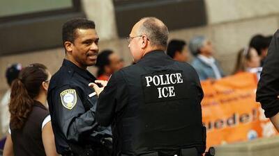 Presentan propuesta de ley que busca poner fin a la capacidad de ICE para contactar policías locales