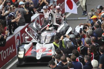 En fotos: fiesta de Fernando Alonso y su equipo por el triunfo en las 24 Horas de Le Mans