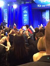 En fotos: Seguidores de Trump sacan banderas con los colores de Rusia en discurso del presidente en la CPAC