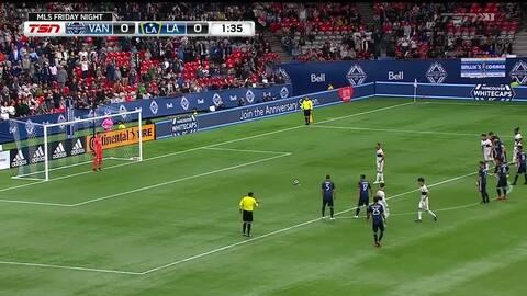 Portero del L.A. Galaxy se luce al atrapar un tiro 'Paneka' fallido por Vancouver