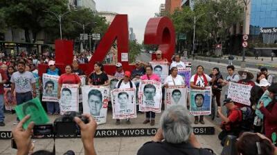 """""""Nos vamos muriendo poco a poco al no saber de nuestros hijos"""": el traumático impacto que deja el caso Ayotzinapa"""