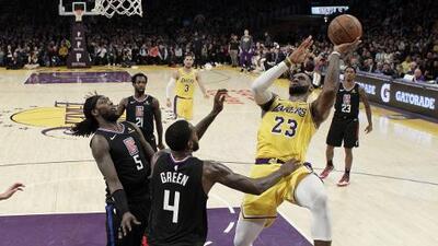 LeBron James está a 13 puntos de rebasar a Michael Jordan entre los anotadores históricos