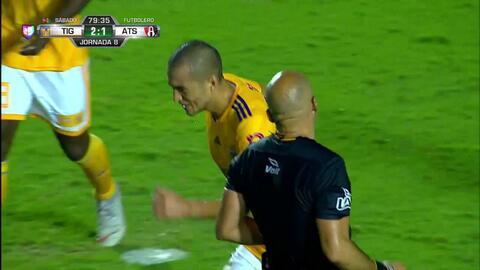 Juan Vigón despeja el balón y aleja el peligro