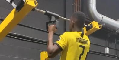 Delantero del Schalke provoca enojo por su jersey del Dortmund