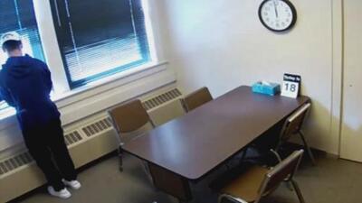Fuga de película: Adolescente se escapa por la ventana de una comisaría en Wisconsin