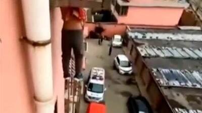 (Video) Rescatan a niño de 4 años que colgaba de un balcón