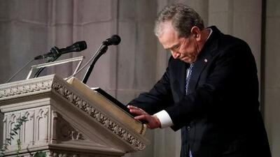 A George W. Bush se le quiebra la voz recordando las últimas palabras de su padre antes de morir