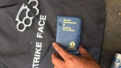 Biblia de bolsillo salva la vida de policía durante enfrentamiento en Bolivia