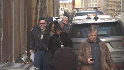 Inspectores del Departamento de Edificios de Chicago registran los estudios de grabación de R. Kelly