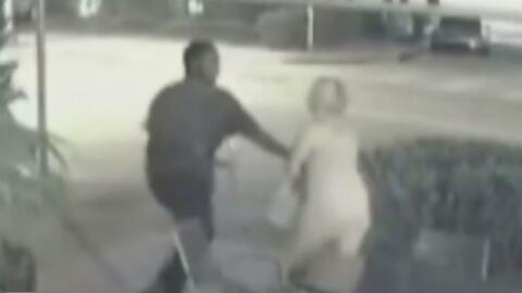 En video: Un hombre golpea violentamente a una joven en la cabeza por robarle el bolso