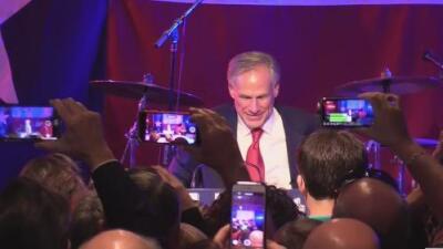 Seguidores de Greg Abbott festejan su victoria con música en vivo en el centro de Austin