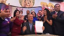 Gobernador republicano de Illinois firma ley para limitar la cooperación con ICE