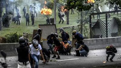 Graban a policías y militares despojando de sus pertenencias a manifestantes en Venezuela