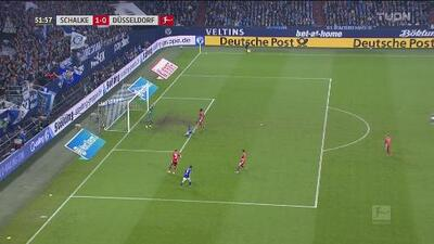 ¡Al poste y atajada! Harit estuvo a centímetros de aumentar la ventaja del Schalke