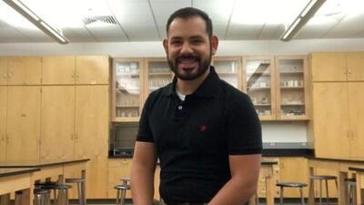Este maestro con DACA lucha contra sus propios miedos mientras ayuda a los estudiantes indocumentados en Chicago