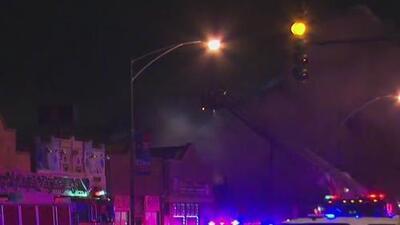 Bomberos combaten voraz incendio en un vecindario en Chicago
