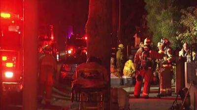 Un voraz incendio consume tres apartamentos y obliga a la evacuación de decenas de personas en Pasadena