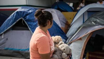 """""""Por lo menos que se salve él"""": padres migrantes atrapados en México están enviando a sus hijos solos a EEUU"""