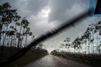 Inundaciones, miles de hogares derribados y miedo: la destrucción que deja Dorian estacionado sobre las Bahamas (fotos)