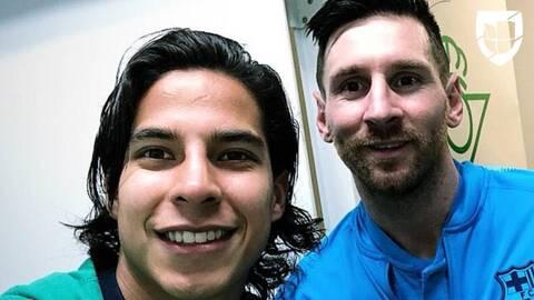 Diego Lainez no perdió oportunidad de pedirle una foto a Lionel Messi