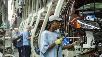EEUU exige a México aumentar el salario a obreros automotrices para renegociar el TLCAN