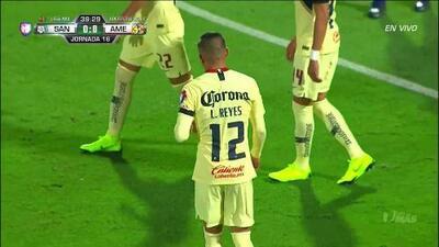 Tarjeta amarilla. El árbitro amonesta a Luis Reyes de América