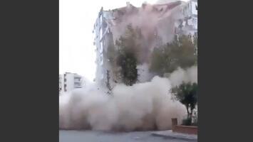 El momento en que un edificio colapsa durante el terremoto de magnitud 7 en Turquía