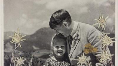 La historia detrás de la subasta de una rara foto de Hitler con una niña de ascendencia judía