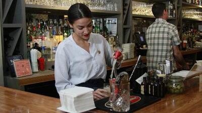La razón por la que Alexandria Ocasio-Cortez volvió a ser mesera en un restaurante de Nueva York