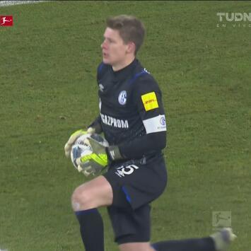 Atajadón de Alexander Nübel y le roba el gol a Unión Berlín